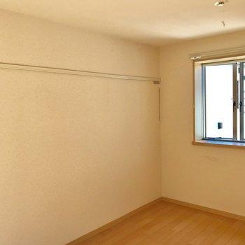 ピクチャーレールが左壁一面に伸びてます。