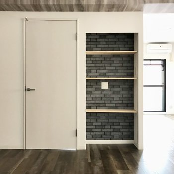 棚には写真や本、雑誌を並べたい。その隣には洋室への扉