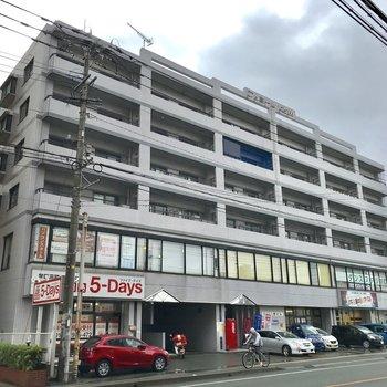 いろんなテナントが入ったマンション。西鉄久留米駅から通り沿いにまっすぐです。