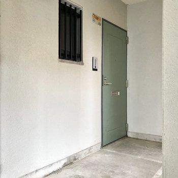 エレベーター降りてすぐ右側にある、角部屋です