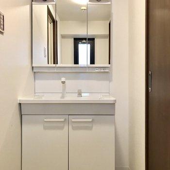洗面台もとっても綺麗。3面鏡の裏は収納になっています
