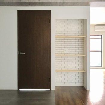 さりげないレンガ模様が可愛いね。雑誌や写真、本を並べたい。隣の扉は洋室へ繋がっています。