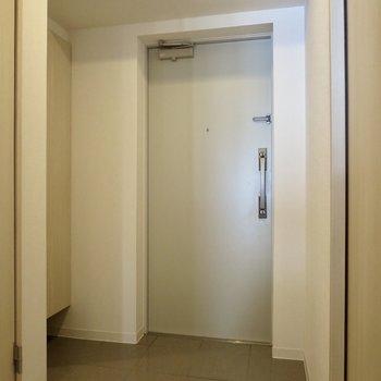 玄関はゆとりがありますよ※写真は3階の同間取り別部屋のものです