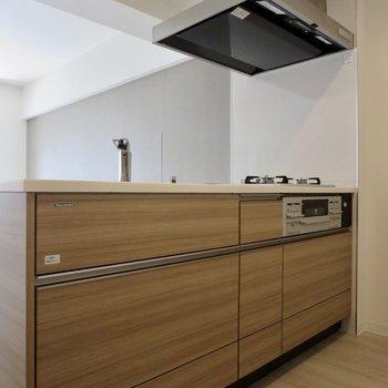 【LDK】リビングに戻ってキッチンへ、おしゃれなデザインです※写真は3階の同間取り別部屋のものです