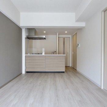 【LDK】アクセントクロスが素敵※写真は3階の同間取り別部屋のものです