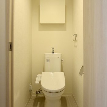 トイレには収納スペースがあります※写真は3階の同間取り別部屋のものです