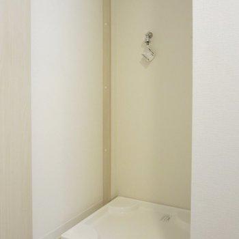 手前には洗濯機置場があります※写真は3階の同間取り別部屋のものです