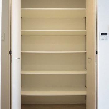 【LDK】日用品などをしまうのによさそう※写真は3階の同間取り別部屋のものです