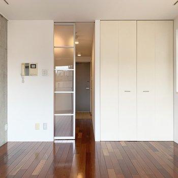 半透明の扉がほんわか光を通してくれます