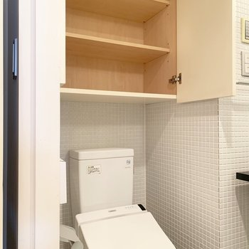 トイレの背後にはこんなに大きな収納。タオルやトイレットペーパーなどをしまえます。
