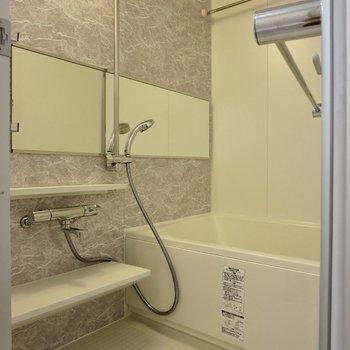 ゆっくり浸かれそうな広めのお風呂※写真は1階の同間取り別部屋のものです