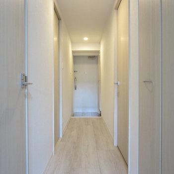 廊下には扉がたくさん!※写真は1階の同間取り別部屋のものです