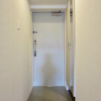 全身鏡で身だしなみチェックもできますよ※写真は1階の同間取り別部屋のものです