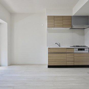 【LDK】キッチンの横に、冷蔵庫や食器棚が置けます※写真は1階の同間取り別部屋のものです