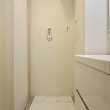 横には洗濯機置場があります※写真は1階の同間取り別部屋のものです