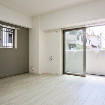 【LDK】2面採光が嬉しい!※写真は1階の同間取り別部屋のものです
