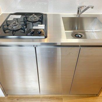 2口コンロのステンレスキッチン※写真は2階の同間取り別部屋のものです