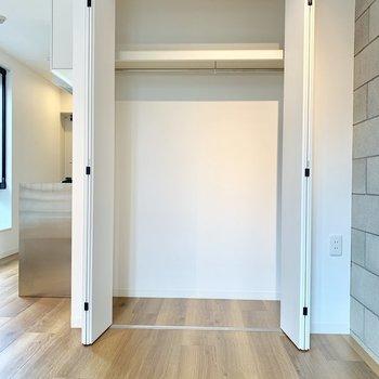 クローゼットもたっぷり収納できます※写真は2階の同間取り別部屋のものです