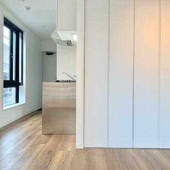 冷蔵庫はキッチン横に置けますね※写真は2階の同間取り別部屋のものです