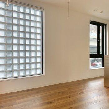 窓が2つあって明るいです※写真は2階の同間取り別部屋のものです