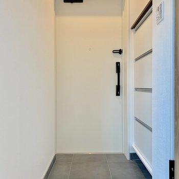 玄関は靴が数足置けそうな広さ※写真は2階の同間取り別部屋のものです
