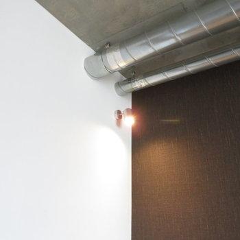 剥き出しの配管がかっこいい(※写真は8階の同間取り別部屋のものです)