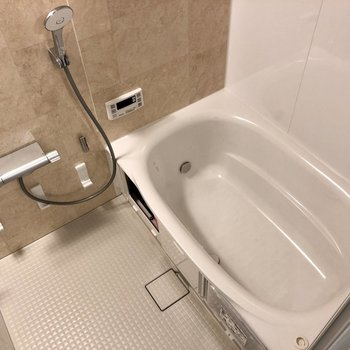 お風呂もゆったりくつろげる広さがあります。