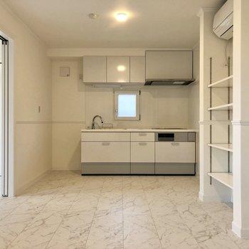 キッチン左側に冷蔵庫を置けますよ。