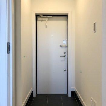 玄関は扉の向こう。