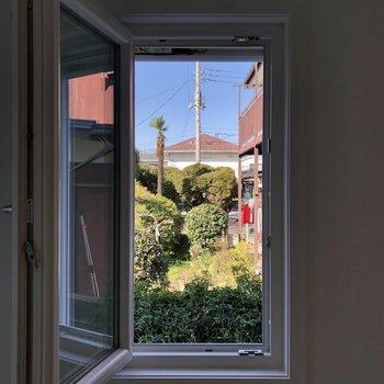 内開きの窓からのどかな風景。