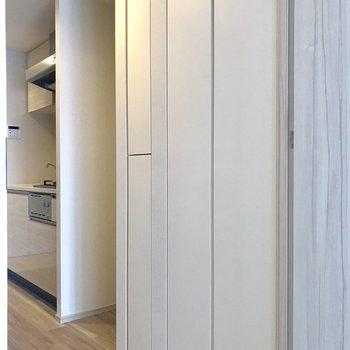 扉の先にも収納があります※写真は4階の同間取り別部屋のものです