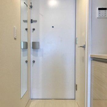 鏡付きの玄関。右の扉は......※写真は4階の同間取り別部屋のものです