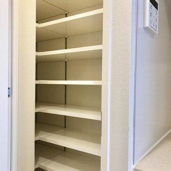 大容量のシューズボックス※写真は4階の同間取り別部屋のものです