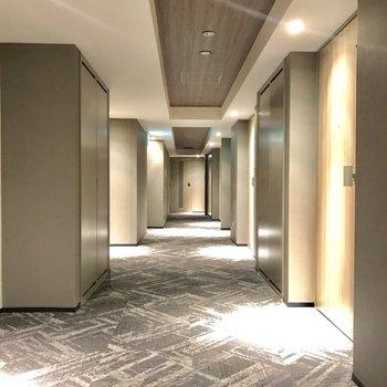 共用廊下はまるでホテルのよう