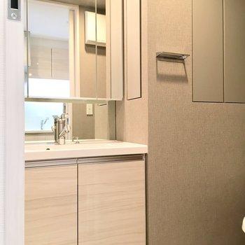 大きな鏡の洗面台。その横に、※写真は4階の同間取り別部屋のものです