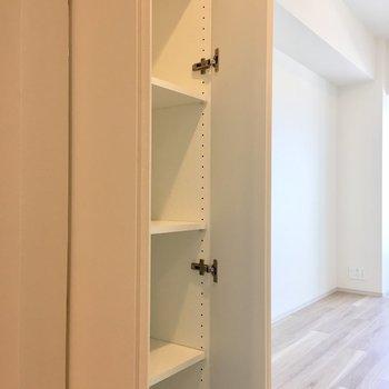 居室扉の横に収納があります。※写真は4階の同間取り別部屋のものです