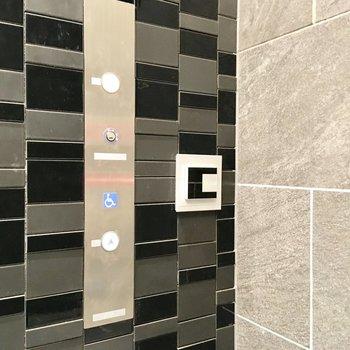 エレベーターはノンタッチキーをかざすと動くシステム、セキュリティの安心感。