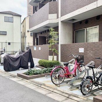 裏にも自転車とバイク置き場があります