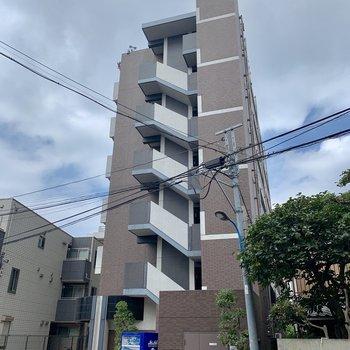 7階建ての細長い建物です