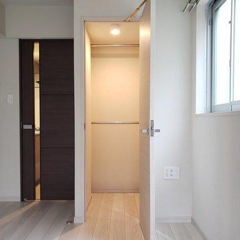 クローゼットには照明がついています。※写真は1階の同間取り別部屋のものです