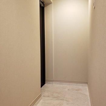 玄関は、広さに少し余裕があります。※写真は1階の同間取り別部屋のものです