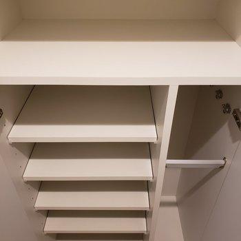 シューズラックには縦長のスペースも。※写真は1階の同間取り別部屋のものです