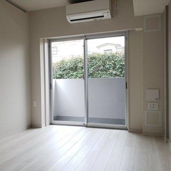 右にテレビを置こうかなあ。※写真は1階の同間取り別部屋のものです