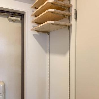 玄関の棚は高さを変えられる作りです。ブーツなども置けますね。