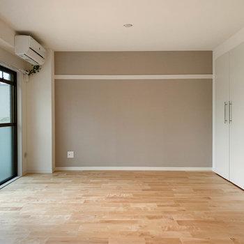 キッチンから後ろ振り向くと。あちらの壁沿いに、ベッドが置きやすそう。