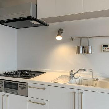 キッチンもTOMOS仕様。3口ガスでグリル付きです。