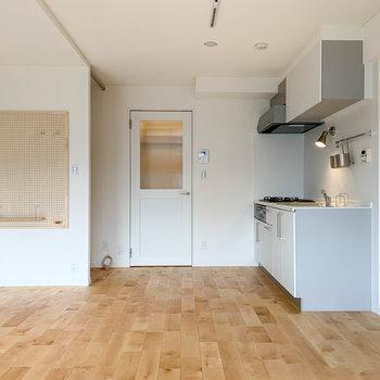 キッチンの左に、廊下への扉や有孔ボードがあります。