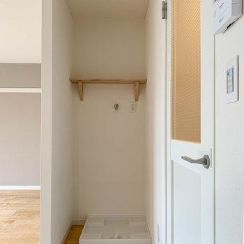 キッチンの後ろに洗濯機置き場があります。