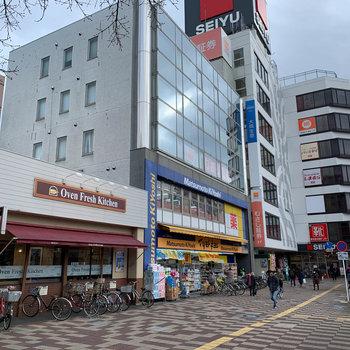 駅前にスーパーや薬局などがあります。