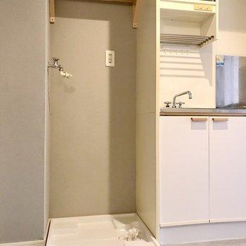 キッチンの隣に洗濯機置き場。木製の棚がつきました。便利!